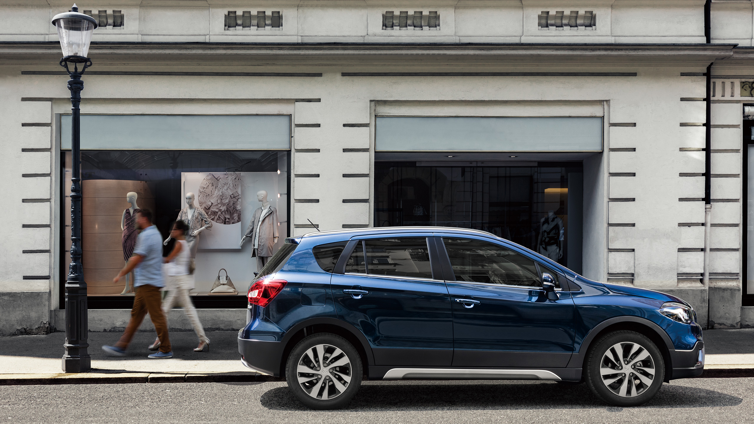 Side-shot-of-parked-SX4-S-CROSS-in-front-of-a-shop